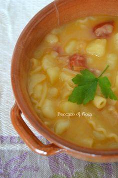 La pasta e patate, piatto della tradizione italiana e nella fattispecie quella napoletana, è un primo buonissimo, molto semplice e soprattutto sostanzioso.