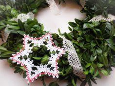 応用のリボンを160センチ編んで、リースに巻いてみました。お部屋に飾りましたので、見てみてくださいね。詳しい様子は個人ブログまで。写真をクリックするとリンクします。Ornaments. Star and ribon - Yumiko Kotálová - Vánoční ozdoby. Hvězda a stucha - 20141214