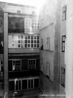 HINTEN IM ACHTEN | Blickt man hinter die teils impossanten Fassaden der Wiener Wohnhäuser aus den frühen 20er Jahren, so lässt sich manch interessanter Hinter- bzw. Innenhof entdecken. Hier in der Florianigasse.