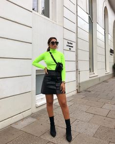 Blusa de gola alta e manga, pochete preta, minissaia de couro, sock boots Pullover Outfit, Turtleneck Outfit, Sweater Outfits, Skirt Outfits, Casual Outfits, Cute Outfits, Green Fashion, Look Fashion, Fashion Models
