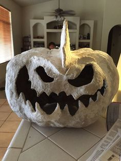 Indoor Halloween decorations can really add some frightening fun to your party at home or office. Halloween is a holiday … Retro Halloween, Halloween Prop, Outdoor Halloween, Diy Halloween Decorations, Holidays Halloween, Halloween Pumpkins, Halloween Crafts, Halloween Lighting, Halloween Stuff