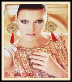 orecchini a uncinetto  cotone dorato con applicazione di goccia rossa.  originale idea regalo per natale