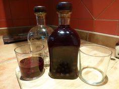 Recetas Caseras Fáciles MG: Pacharan casero. Filtrado Wine Decanter, Red Wine, Barware, Alcoholic Drinks, Glass, Blog, Homemade Liquor, Homemade Recipe, Sweet Treats