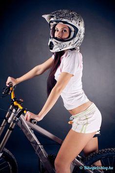 Downhill biking and boarding: All you need for your downhill sport! Bikes, Boards, sportswear, protection and Bike Rollers, Downhill Bike, Cycling Girls, Bicycle Girl, Hot Bikes, Plein Air, Bmx, Sports Women, Mountain Biking