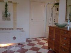 Vakantiehuis in de Lot - Dordogne  Frankrijk. De badkamer met bad en massagedouche.