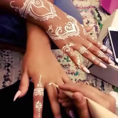 his is the henna I need to try? his is the henna I need to try? his is the henna I Henna Tattoo Hand, Henna Tattoo Designs, Henna Tattoo Muster, White Henna Tattoo, Red Henna, Henna Designs Easy, Henna Mehndi, Mehndi Designs, Henna Diy