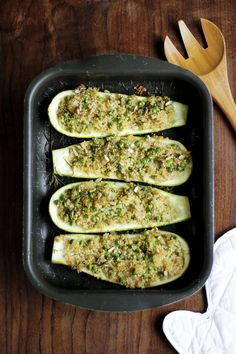 Abobrinha recheada com quinoa e ervilhas | Receita | herbi-voraz.com #abobrinharecheada #abobrinha #zucchini #vegan #receitavegana