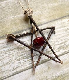 Make this natural star ornament using sticks from your yard. It's a great en… Make this natural star ornament using sticks from your yard. It's a great energy-saving project and will look adorable on your tree! Yule Crafts, Wiccan Crafts, Christmas Projects, Holiday Crafts, Christmas Holidays, Hygge Christmas, Christmas Star, Homemade Christmas, Yule Decorations