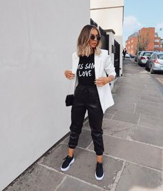 Amazing Casual Denim Jacket For You In 2020 ~ Magazzine Fashion Blazer Outfits Casual, Cute Casual Outfits, Chic Outfits, Black Joggers Outfit, Leather Trousers Outfit, Leather Joggers, Black Women Fashion, Look Fashion, Girl Fashion