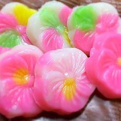 愛知の郷土菓子「おこしもの」です。 毎年ひな祭りになると、家庭で作ってます。 米粉に熱湯を入れてよく練り、専用の木枠で型をとって蒸しあげます。 甘醤油で絡めて食べると美味ですよd(^_^o) - 7件のもぐもぐ - ひな祭りの郷土菓子・おこしもの by kurokoma03