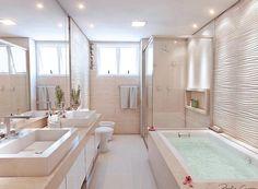 Uauuu um banheiro desse não seria nada mal, hein? Maior que meu quarto haha lindoooo! Autoria: Paula Cury Arquitetura e Engenharia    @decorcriative