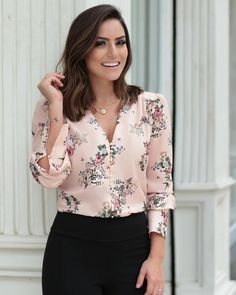 {New Collection} Camisa floral print na linda 💕💕💕 Stylish Summer Outfits, Casual Work Outfits, Work Attire, Chic Outfits, Casual Summer, Fashion Wear, Fashion Dresses, Womens Fashion, Blouse Styles