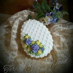 A touch of spring - Easter Egg in lace with yellow & lavender flowers. Cookie artist, Teri Pringle Wood