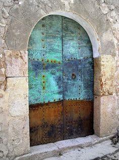 turquoise door in Spain, this beautiful door from Palma de Majorca Porches, Portal, Turquoise Door, When One Door Closes, Cool Doors, Modern Masters, Door Knockers, Gates, Closed Doors