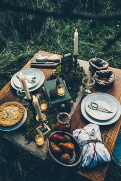 Low bohemian table setting | Image via lovefrenchbulldogs.tumblr.com