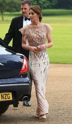 Bringing glamour to Norfolk: The Duchess of Cambridge in Jenny Packham at the EACH gala Vestidos Kate Middleton, Moda Kate Middleton, Style Kate Middleton, Kate Middleton Photos, Estilo Real, Modest Dresses, Nice Dresses, Royal Dresses, Modest Clothing