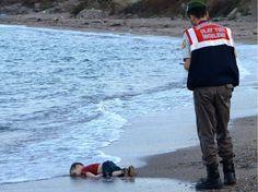 """2 SEPTEMBRE. Aylan avait trois ans. Il s'est noyé avec son frère de cinq ans et sa mère alors qu'ils tentaient de rejoindre la Grèce. Son corps sans vie, photographié sur une plage turque, bouleverse le monde entier. Au lendemain du drame, François Hollande réclame avec Angela Merkel """"un mécanisme permanent et obligatoire"""" pour les réfugiés."""