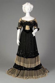 États-Unis : robe du soir 1902. Kent State University Museum.