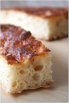 Originaire de Gênes, la focaccia tout comme la pizza se retrouve partout en Italie sous forme ronde ou rectangulaire, moelleuse ou...
