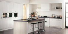 Witte keuken met matgrijs werkblad. Landelijk en toch strak.