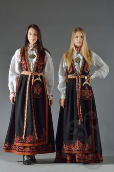 Vest-Telemarksbunad Folk Clothing, Historical Clothing, Folk Costume, Costume Dress, Mrs Claus Dress, Abaya Fashion, Fashion Outfits, Norwegian Clothing, Folk Fashion