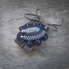 Komplet wykonany w technice haftu sutaszowego z elementami beadingu. Skóra naturalna, koraliki Toho, sutasz i kianity.