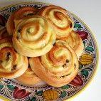 Pudingové slimáky • recept • bonvivani.sk Snails Recipe, Bread Dough Recipe, Savory Pastry, Czech Recipes, Food Gallery, Aesthetic Food, International Recipes, Sweet Recipes, Good Food
