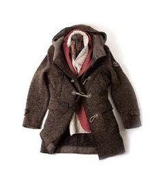 "Montgomery: linea 51, tessuto a maglia, bottonato, taglio vivo. Giacca Hydro: in lana/ cotone, tinta in capo, 2 bottoni, color rosso pompeiano. Maglia: linea 51 in angora a trecce, con collo scialle, in cashmere blend. ""51"" LINE MONTGOMERY: TRICOT, WHIT BUTTONS, ROW CUT HYDRO JACKET:KNITTED/COTTON, DYED GARMENT, TWO BUTTONS, POMPEIAN RED COLOUR ""51"" LINE KNITTED SWEATER: IN ANGORA FABRIC WITH PLAITS, SHAWL NECK, IN CASHMERE BLEND."