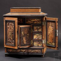 A fine, small Eger cabinet casket from the estate of Count von Solms, workshop of Johann Karl Haberstumpf (1654 - 1724), Eger, circa 1690 – 1710. Hermann Historica Art Cabinet, Chinese Ceramics, Stippling, Casket, Sculpture, Coat Of Arms, Oeuvre D'art, Three Dimensional, Les Oeuvres