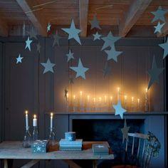 Mobiles d'étoiles en papier aquarelle blanc suspendus au plafond