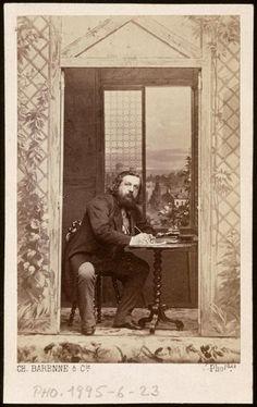 Théophile Gautier de trois-quarts profil, droit, assis, écrivant (Charles Barenne, album Disdéri)