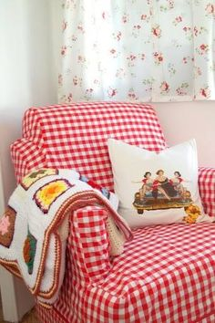 DollyWould love this cute red gingham chair Red Cottage, Cottage Living, Cozy Cottage, Cottage Style, Rideaux Shabby Chic, Granny Chic, Red Gingham, Gingham Check, Slipcovers For Chairs