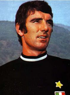 Dino Zoff is an Italian former football goalkeeper and is the oldest winner ever of the World Cup, which he earned as captain of the Italian team in the 1982 tournament in Spain, at the age of 40 years, 4 months and 13 days Football Italy, All Over The World, The Past, Good Soccer Players, World Football, Juventus Fc, Sports Stars, Turin, Goalkeeper