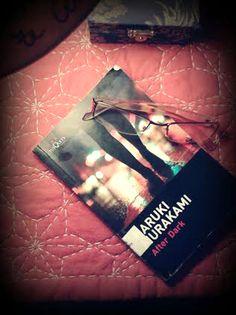 """""""After Dark"""" de Haruki Murakami. (...  """"En este mundo hay cosas que sólo puedes hacer sola y cosas que sólo puedes hacer con otra persona. Es importante ir combinando las unas con las otras"""".) Leído, Marzo 2015"""