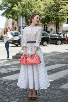 This outfit by Topshop is so adorable. The color of the purse is gorgeous and the dress is so vintage :) #topshoppromqueen