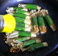 피로회복에 좋은 음식 팽이버섯 대파 말이 한정식 집 맛 그대로!! Korean Food, Chinese Food, A Food, Food And Drink, Bulgogi, Asian Recipes, Asparagus, Vegetarian Recipes, Veggies