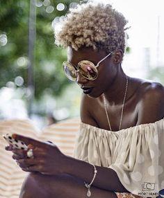 Color contrast. Curly colors. Afro blonde. Curly blonde dark skin. #Melanin #blackwoman Follow me: @SimplyAdrene