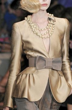 Armani Prive, muted gold jacket with sublime cut Look Fashion, Fashion Details, High Fashion, Womens Fashion, Fashion Design, Fashion Trends, Milan Fashion, Luxury Fashion, Fashion Vestidos