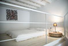 Ristrutturazione di un appartamento di circa 100mq in palazzo settecentesco nel quadrilatero di Torino; una pianta flessibile, pochi elementi scenografici, soppalchi e balconate per evidenziare i volumi.