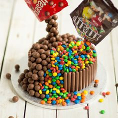 Chocolate Showstopper Cake This could quite possibly be the ultimate showstopper cake. Your guests will be wowed by the illusion of floating sweets pouring down from the packets above. Food Cakes, Cupcake Cakes, Sweets Cake, Sweet Packets, Cake Dowels, Anti Gravity Cake, Melting Chocolate, Chocolate Sponge, Dessert
