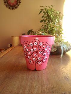 Pintamos macetas para que decores tu living, tu balcón, y tu jardín! Todas tus plantas tendrán una maceta divertida, alegre y colorida!! Seguinos en FACEBOOK   https://www.facebook.com/PotDeFleurArteEnMacetas