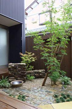 家族が集う中庭1 石積みの立水栓