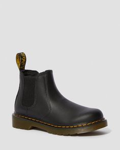 2976 SOFTY T Bambino | Kids School Boots | Sito ufficiale Dr. Martens Leather Chelsea Boots, Leather Boots, Dr Martens Uk, J Black, Liner Socks, Hard Wear, Kids Boots, School Fashion, Footwear