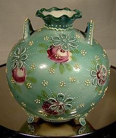 Japanese Moriage Green Footed & Handled Porcelain Vase 1880 With Roses Cold Porcelain Jewelry, Porcelain Ceramics, China Porcelain, Painted Porcelain, One Rose, China Painting, Chinese Antiques, Antique Decor, Ancient Art