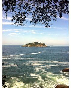 Um lugar super agradável do Rio para uma caminhada com um belo visual é a Pista Cláudio Coutinho na Praia Vermelha. Contornando o Morro da Urca é uma mistura de verde mar céu azul encantadora. Mais lá no blog  letsflyaway.com.br --------- A really nice place in Rio for a walk with a beautiful view is the Cláudio Coutinho Track in Praia Vermelha. Skirting the Urca Hill it is a charming mix of green sea and blue sky. More on the blog  letsflyaway.com.br --------- #021Rio #carioquess #errejota…