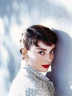 31 Gorgeous Photos Of Audrey Hepburn - Airows Audrey Hepburn Wallpaper, Audrey Hepburn Mode, Audrey Hepburn Photos, Hollywood Stars, Classic Hollywood, Old Hollywood, Desenhos Tim Burton, Estilo Pin Up, Classy Women