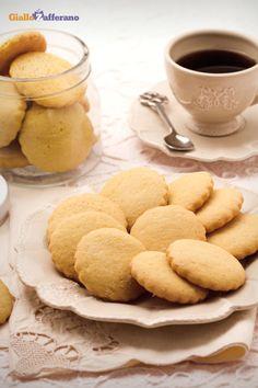 I #biscotti all'olio di oliva (olive oil cookies) sono dei leggeri dolcetti adatti alla #colazione, la cui frolla #light è preparata senza l'uso di grassi animali. #ricetta #GialloZafferano #italianfood #italianrecipe