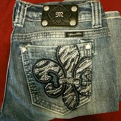 Miss me sz 28 straight leg Very cute! Excellent condition.  Sz 28 straight leg distressed jeans. No missing studs or jewels. Inseam is 28 Miss Me Jeans