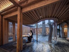 Curving glass walls transform restored Qishe Courtyard in Beijing Internal Courtyard, Front Courtyard, Courtyard House, China Architecture, Studios Architecture, Glass Brick, Curved Glass, Types Of Bricks, Bamboo Panels