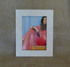 Porta Retrato decorativo feito em MDF com aplicação de tecido e strass. Para fotos 15x21. Solicite orçamento 44 9840-7730.